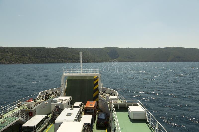 Färja i Adriatiskt havet i Kroatien till ön Cres arkivbild