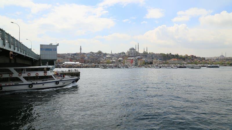 Färja i den Istanbul breda flodmynningen fotografering för bildbyråer