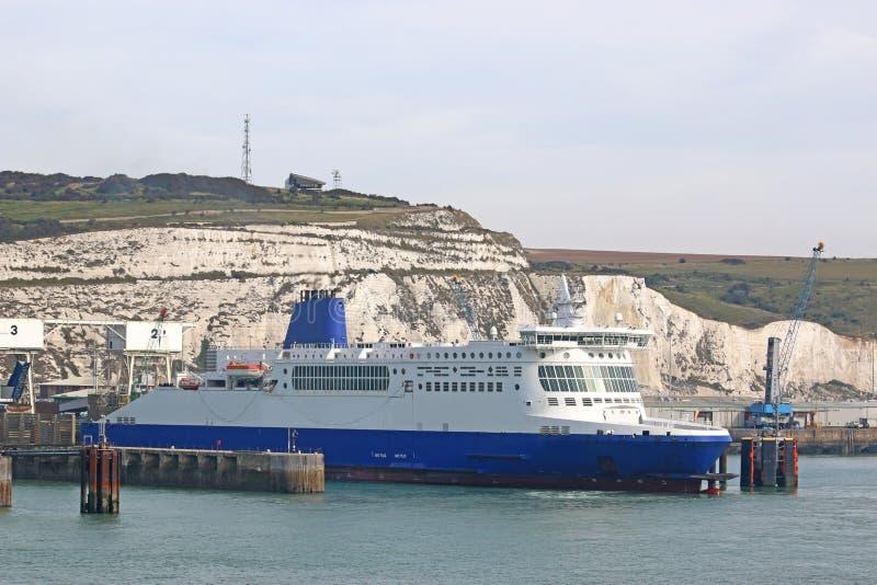 Färja i Dover Harbour fotografering för bildbyråer