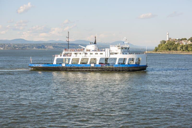 Färja i floden i Quebec City med blå himmel royaltyfri bild