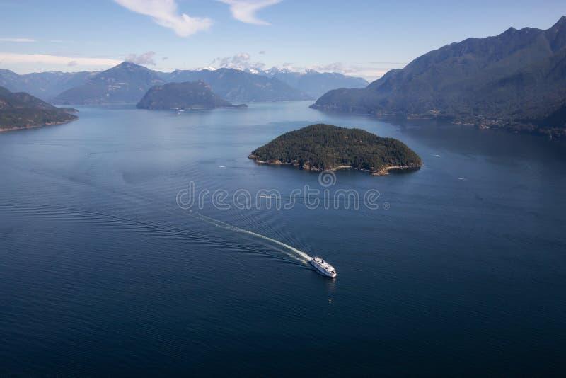 Färja i Howe Sound den flyg- sikten arkivfoton