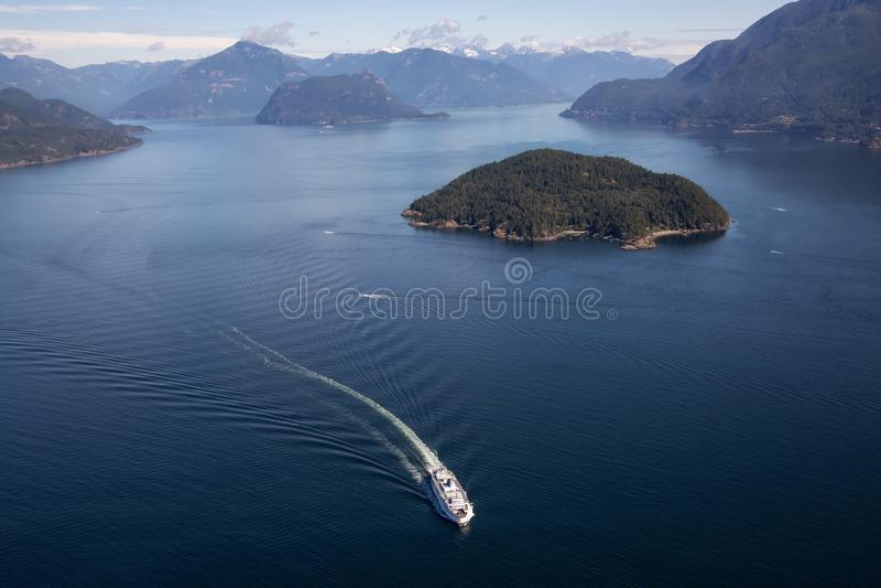 Färja i Howe Sound den flyg- sikten royaltyfri fotografi
