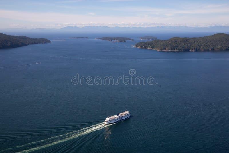 Färja i Howe Sound den flyg- sikten arkivbild