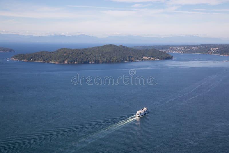 Färja i Howe Sound den flyg- sikten royaltyfria foton