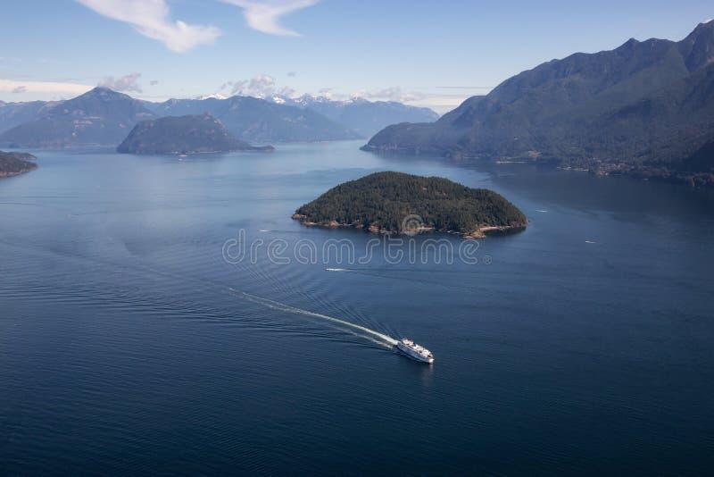 Färja i Howe Sound den flyg- sikten royaltyfri bild