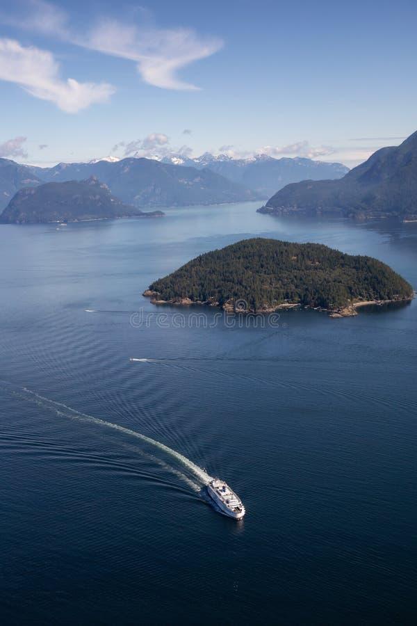 Färja i Howe Sound den flyg- sikten royaltyfri foto