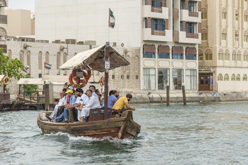 Färja i liten vik Dubai arkivbilder
