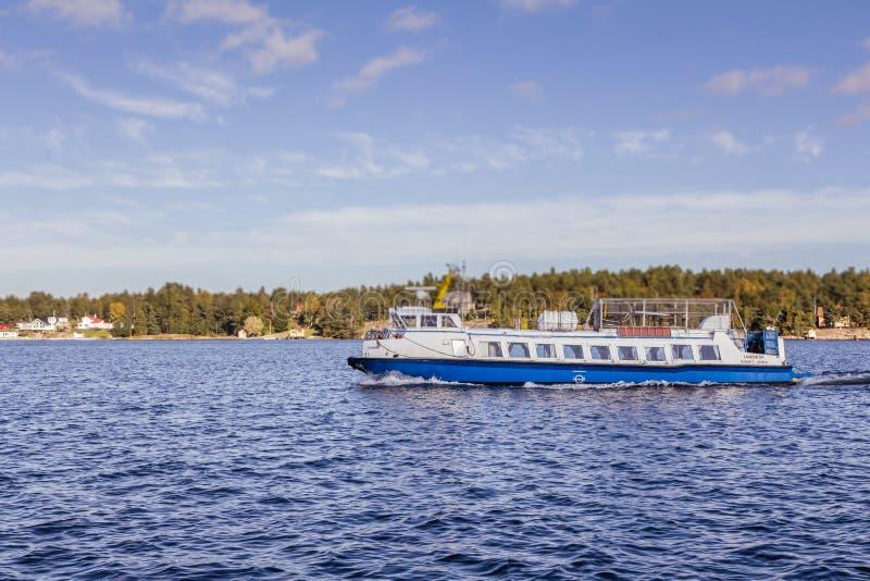 Färja nära Arkosund Sverige royaltyfri fotografi