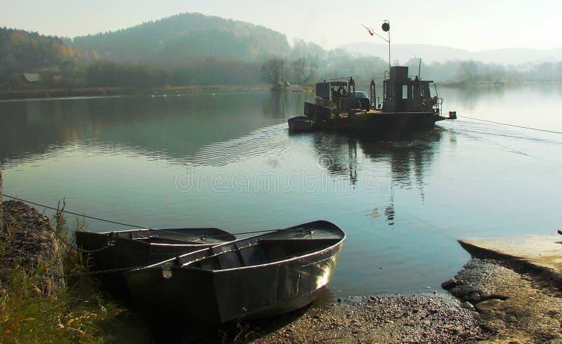 Färja på floden fotografering för bildbyråer