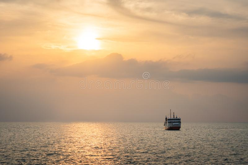 Färja på havet arkivfoto