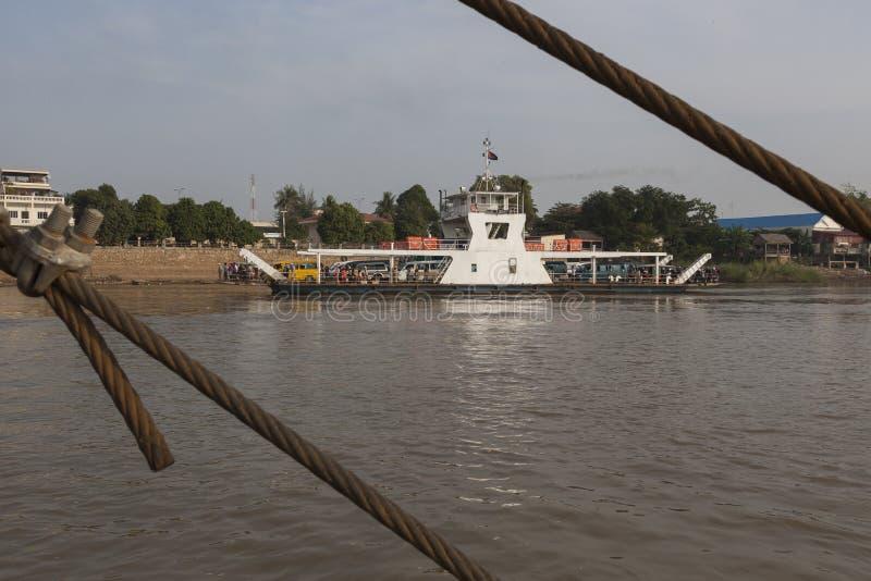 Färja på Mekonget River i Cambodja arkivbilder