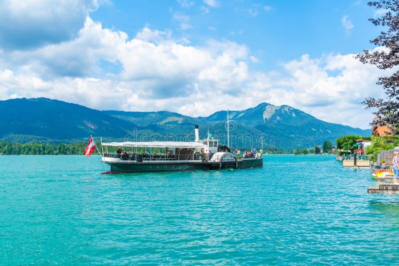 Färja på Wolfgangsee sjön, Österrike arkivbilder