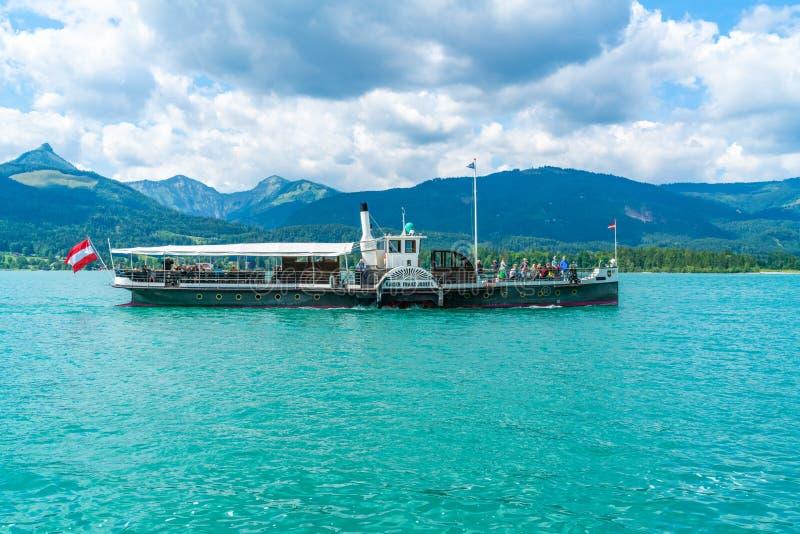 Färja på Wolfgangsee sjön, Österrike royaltyfri bild