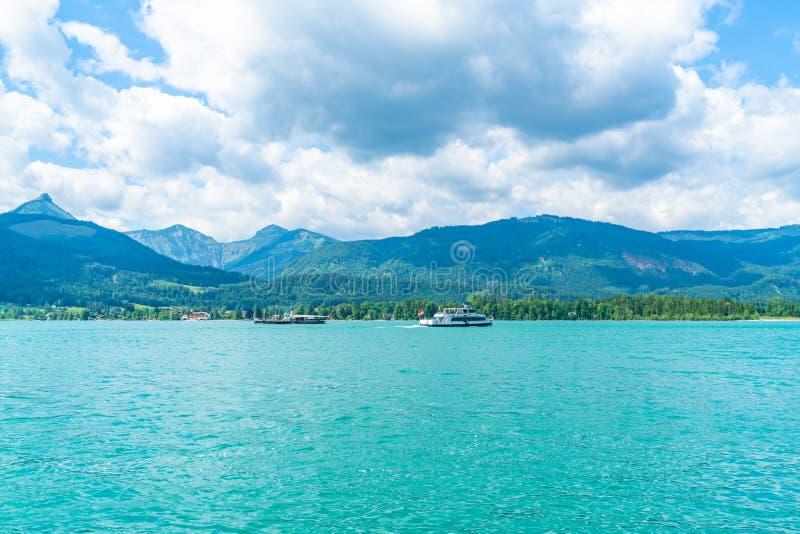 Färja på Wolfgangsee sjön, Österrike arkivfoto