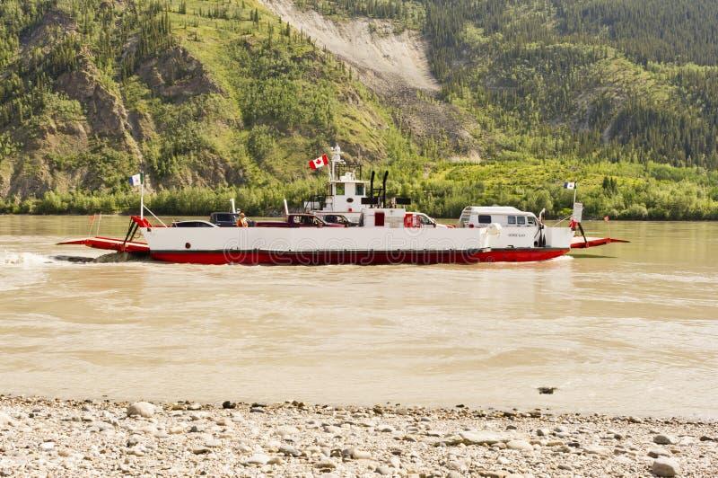 Färja på Yukonet River royaltyfri bild