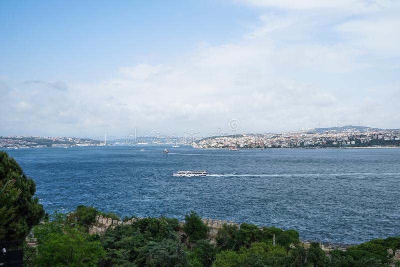 Färja skeppseglingen över den Bosporus kanalen som förband Black Sea och havet av Marmara med den Istanbul Asien sidan och överbr royaltyfri fotografi