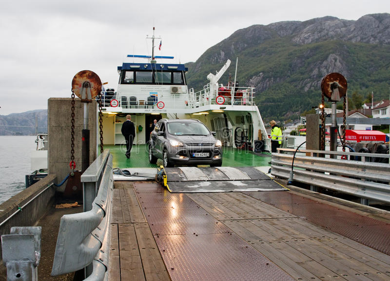 Färja som ankommer i Forsand, Norge royaltyfria foton