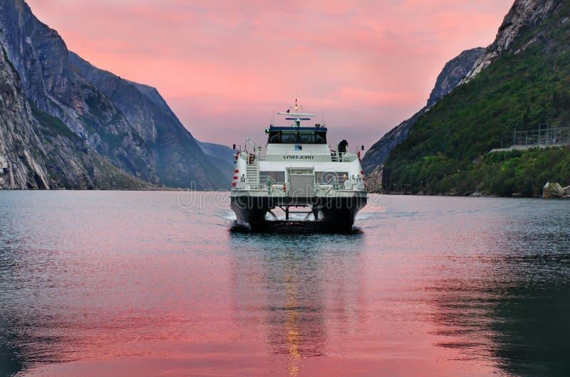 Färja som ankommer i Lysebotn, Norge royaltyfri foto