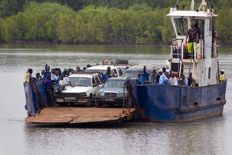 Färja som korsar den Gambia floden arkivbilder