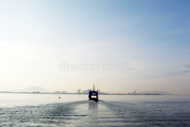 Färja som kryssar omkring till och med havet arkivfoton