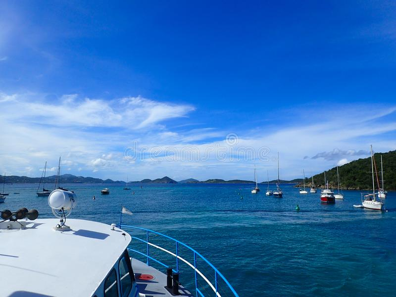 Färja som transporterar folk mellan öar i det karibiskt arkivfoton