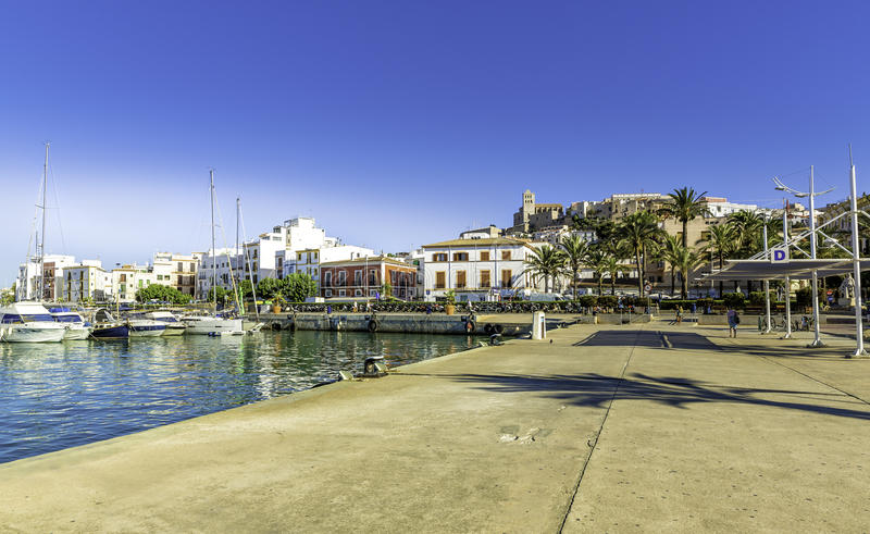 Färja stationen i porten av Ibiza med den gamla staden royaltyfri fotografi