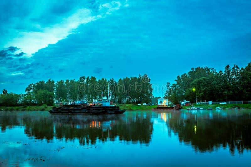 Färja till och med floden tidigt på morgonen royaltyfria bilder