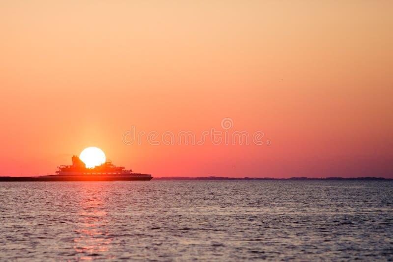 Färjakorsning under solnedgång royaltyfri bild