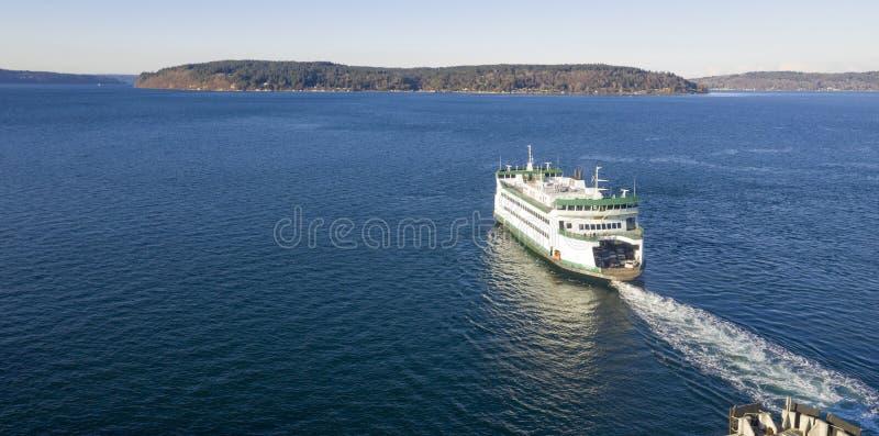 Färjakorsningen Puget Sound för den flyg- sikten gick mot Vashon Island royaltyfria bilder