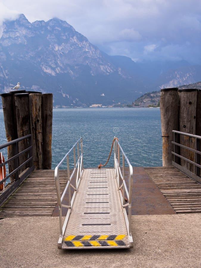 Färjalandning arrangerar laken Garda, Italien royaltyfri fotografi