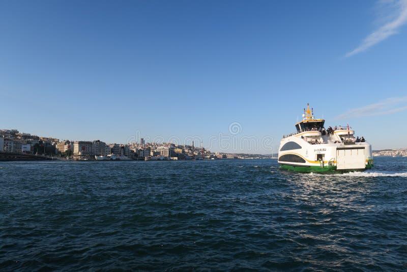 Färjan lämnar från Istanbul-Sultanahmet i Turkiet royaltyfri bild