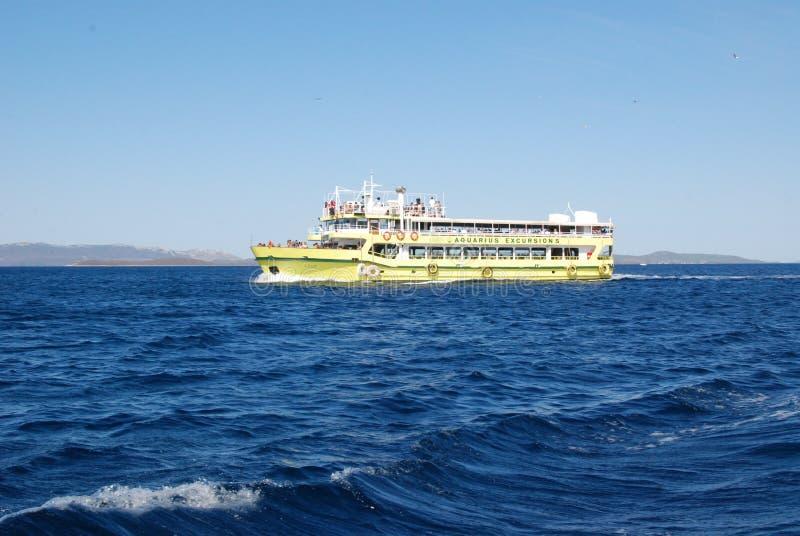 Färjan turnerar - turisten Exursions i Adriatiskt havet royaltyfria foton