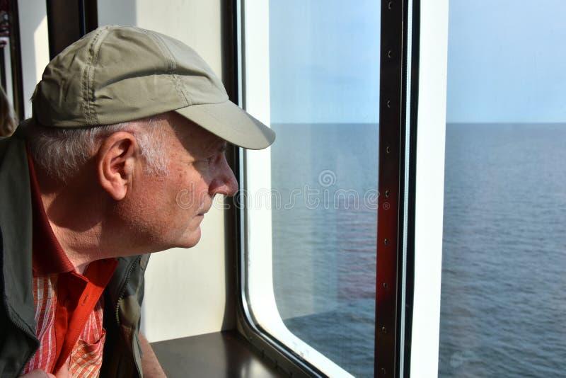 Färjapassagerare på ett fönster fotografering för bildbyråer