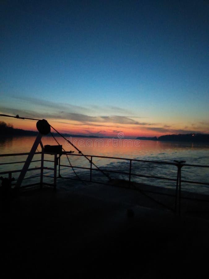 Färjaritt på solnedgången royaltyfria bilder