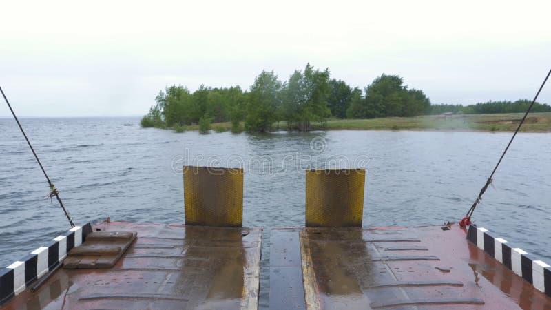 Färjastrand och en flod Färja att att närma sig med den öppna rampen till marina för El Rompido Detta lilla fartyg endast för arkivbild