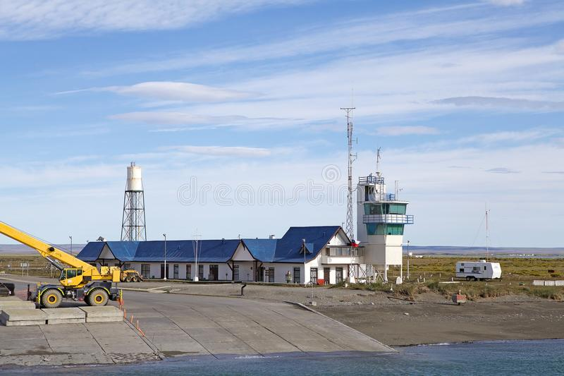 Färjaterminal på den Primera angosturan nästan Punta Delgada längs kanalen av Magellan, Chile arkivbilder