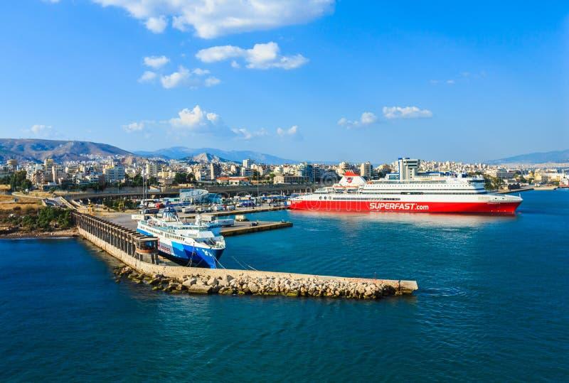 Färjor kryssningskepp som ansluter på porten av Piraeus arkivbild