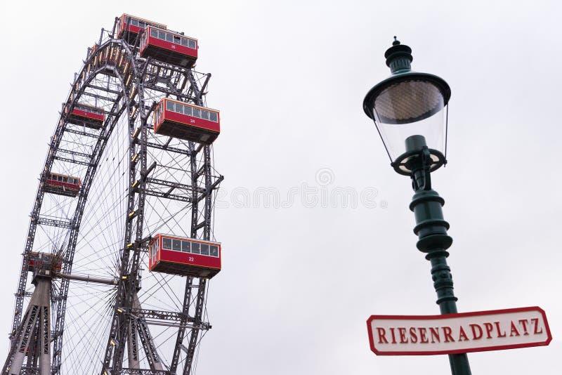 Färjor rullar, Prater, Wien, Österrike, mulen dag royaltyfri fotografi