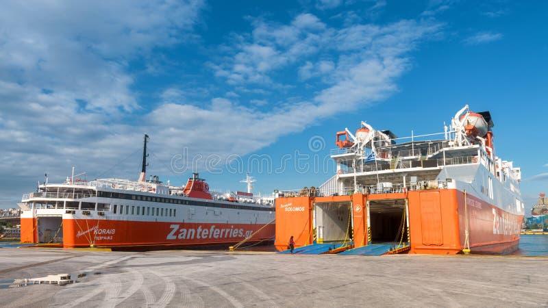 Färjor som laddar i en port, Piraeus, Grekland royaltyfria bilder