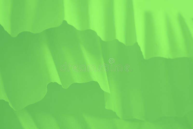 Färsk grön övertoningsbakgrund med pappersvågor arkivfoton