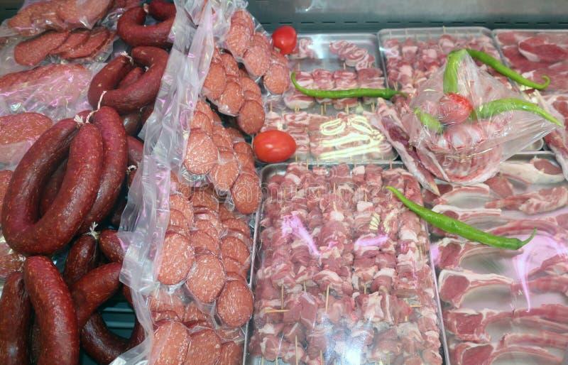 Färsk livsmedelsmarknad med färskt kött och salami Sausages royaltyfri foto