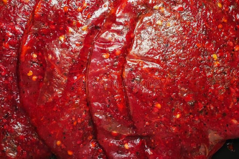 Färsk tunn skivad stek, marinerad i plastförpackning utan etikett, Detaljhandelsprodukt Stäng royaltyfria foton