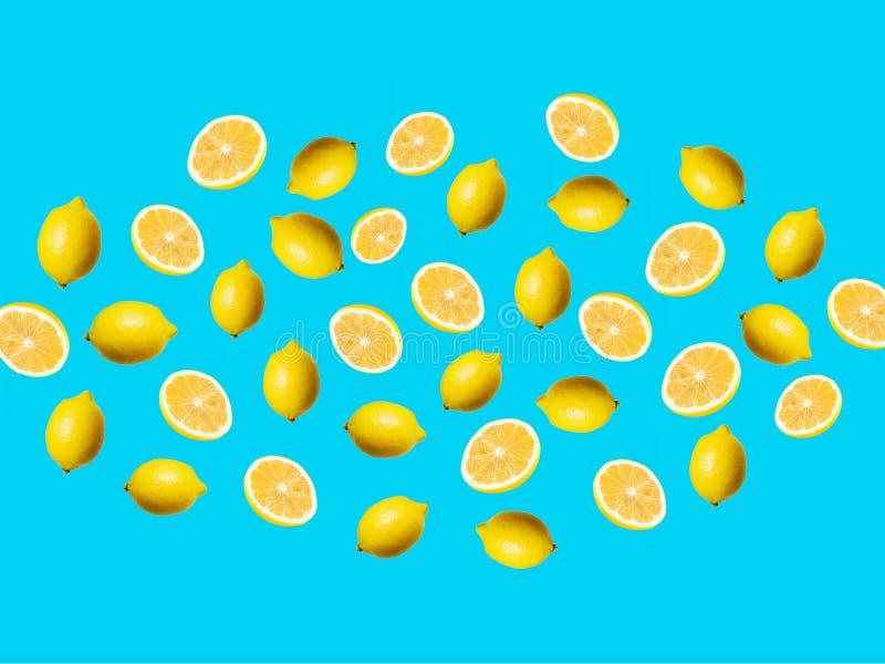 Färska citronskivor och citron med blå bakgrund royaltyfri foto