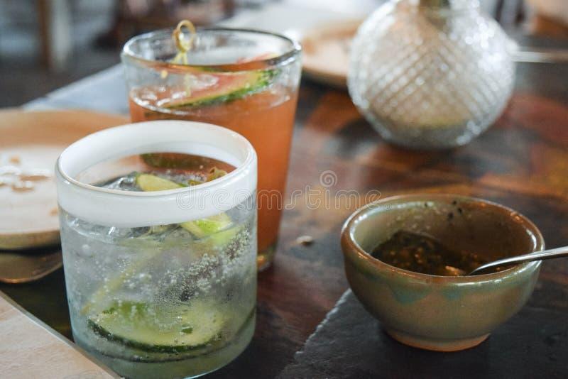 Färska cocktails på ett bord royaltyfria bilder