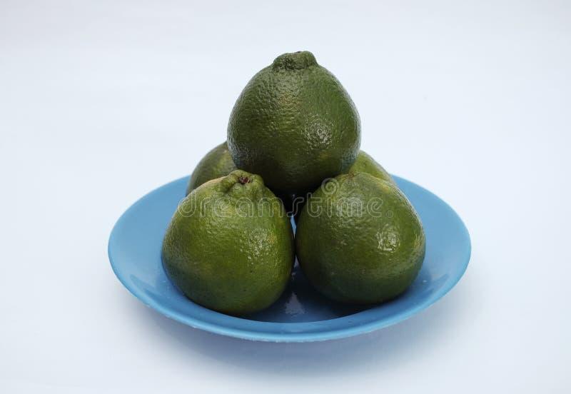 Färska och organiska citronfrukter på dekorativ platta royaltyfri fotografi