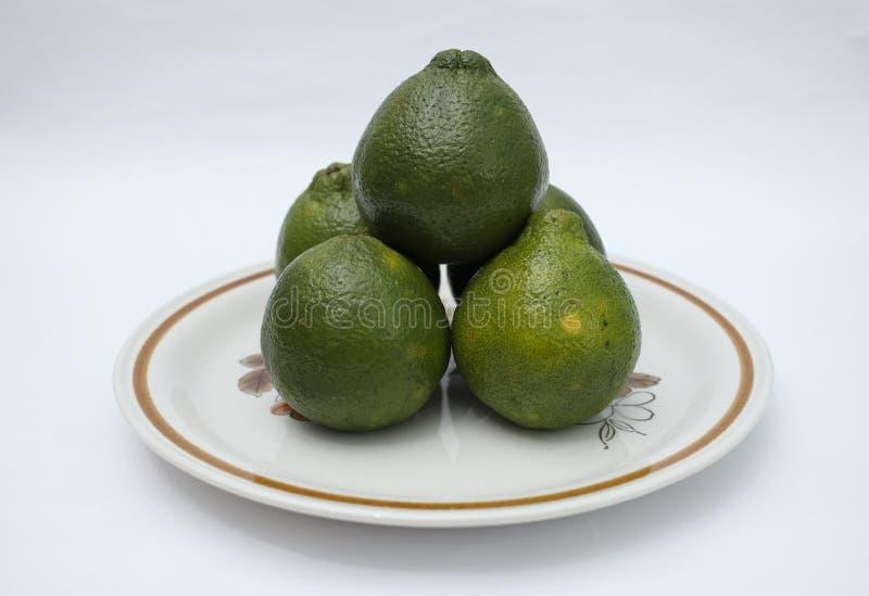 Färska och organiska citronfrukter på dekorativ platta arkivfoto