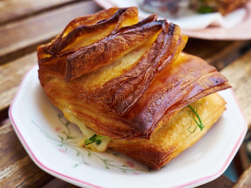 Färskt bakat bakverk fyllt med ost fotografering för bildbyråer