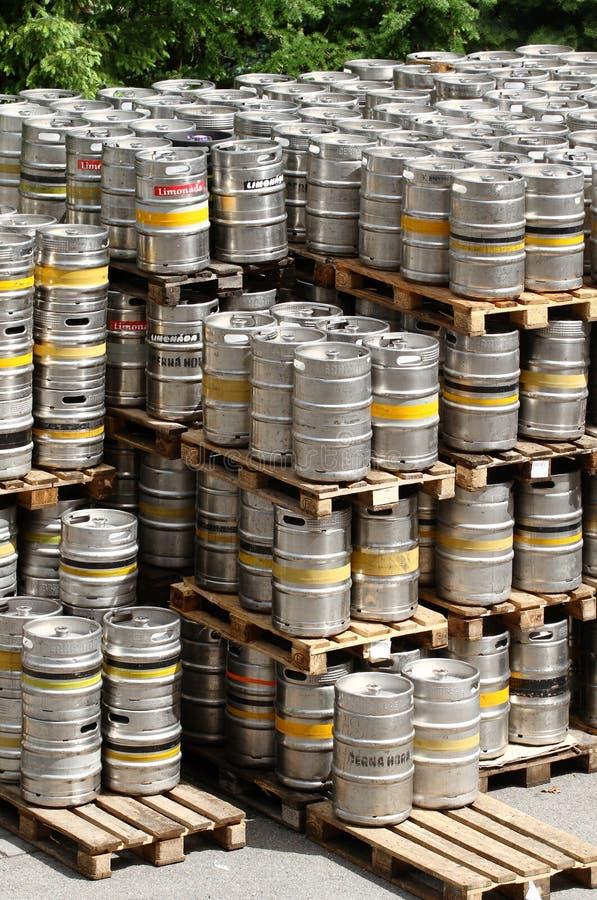 Fässer in der Brauerei stockbild
