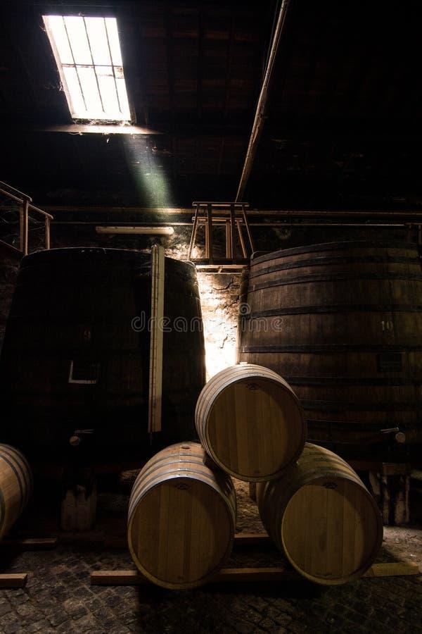 Fässer gestapelt für Lagerung des Weins lizenzfreie stockbilder