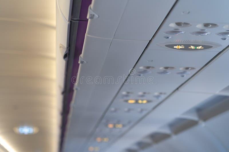 Fäst säkerhetsbältet och inget - röka undertecknar i flygplan royaltyfri foto